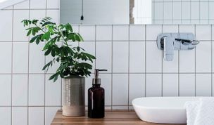 How to create a stylish and functional beach house bathroom