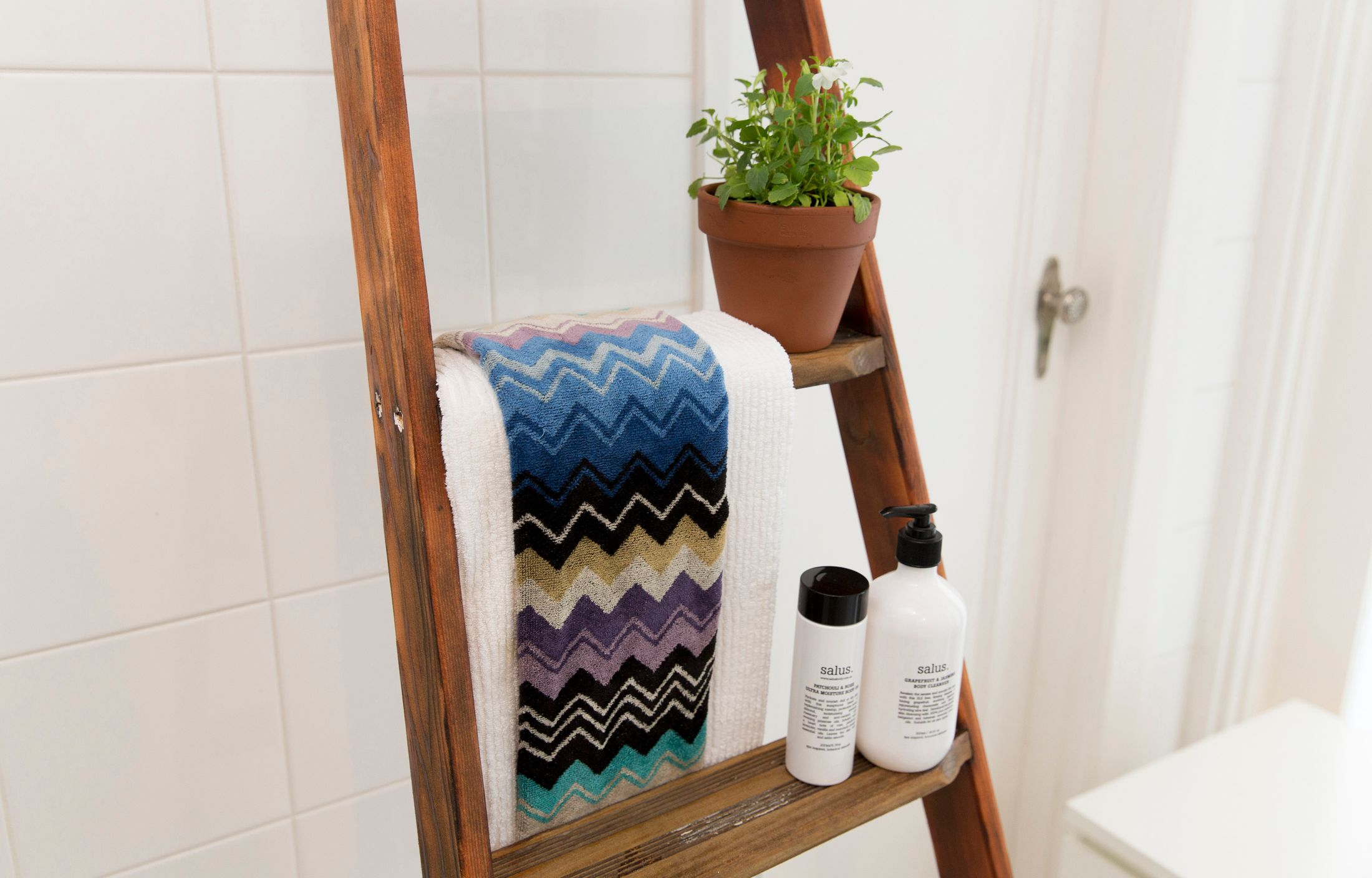 Diy How To Create A Stylish Towel Rack From An Old Ladder